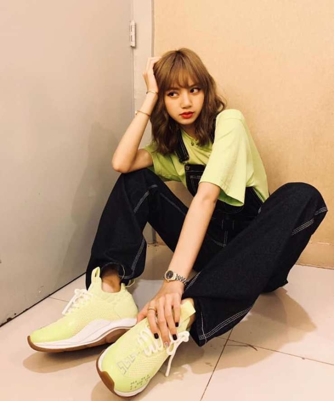 <p> Lisa đã xuất hiện trên top tìm kiếm của Weibo 17 lần trong nửa đầu 2019, đứng đầu trong số các nghệ sĩ Kpop. Em út Black Pink chứng tỏ mức độ nổi tiếng toàn cầu. Các fan của Lisa luôn hết lòng bảo vệ thần tượng, sẵn sàng tẩy chay một nhãn hàng khi idol bị đối xử bất công.</p>