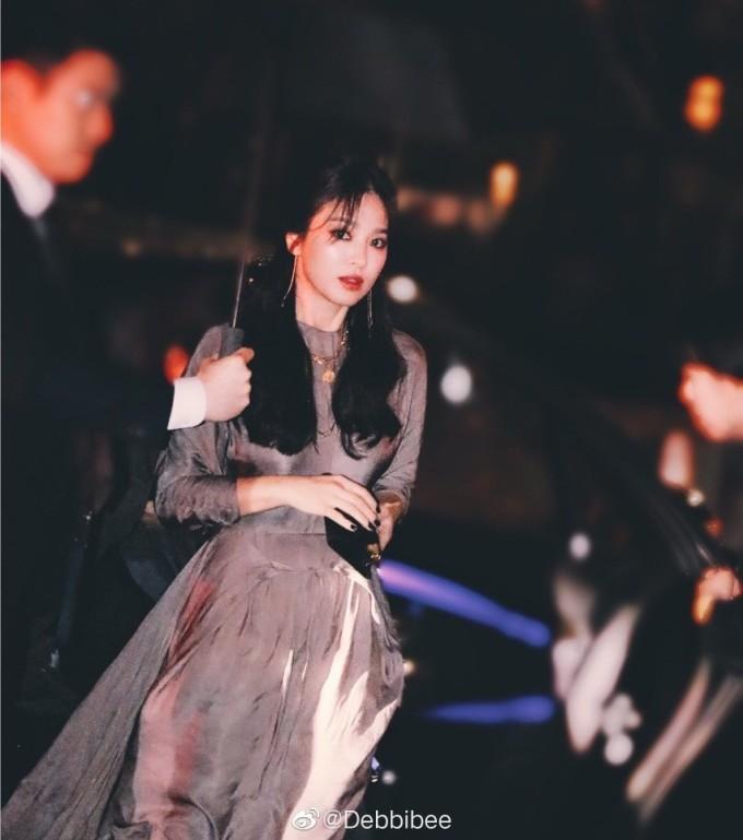 <p> Song Hye Kyo là nữ diễn viên Hàn nổi tiếng nhất ở Trung Quốc. Đầu 2019, truyền thông Trung Quốc liên tục đưa tin vợ chồng Song - Song gặp trục trặc tình cảm, chuẩn bị ly hôn. Mỗi lần xuất hiện, Song Hye Kyo đều bị săm soi việc đeo nhẫn cưới. Nữ diễn viên xuất hiện 8 lần trên hot search của Weibo.</p>