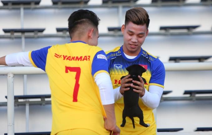 <p> Văn Thanh - Hồng Duy nghịch ngợm với chú cún trong khi giải lao.</p>