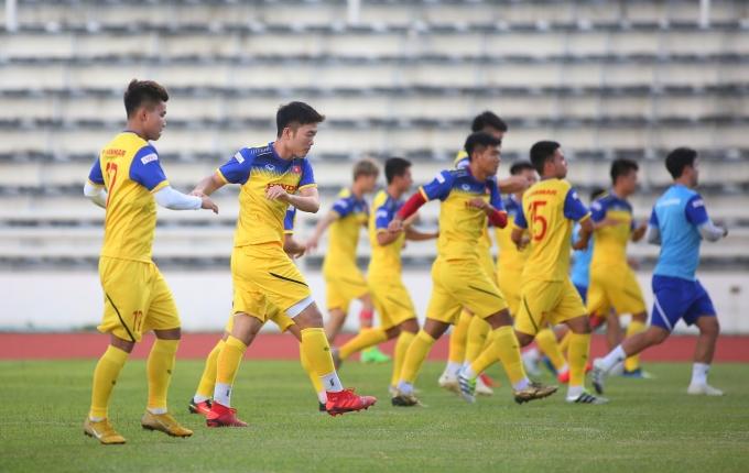 <p> Xuân Trường tập giãn cơ với các đồng đội. Trong trận gặp Thái Lan anh được tung vào sân vào phút chót nhưng bất ngờ có pha đá phạt góc thuận lợi, tạo thời cơ cho Anh Đức ghi bàn quý giá.</p>