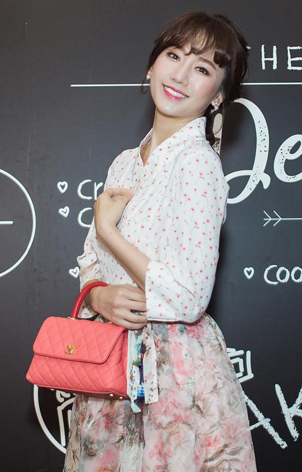 <p> Nữ ca sĩ sẽ vào vai một cô phục vụ yêu ăn uống, tính cách hài hước. Cô sẽ tung hứng với Đại Nghĩa (vai ông chú hàng xóm vui tính) và đầu bếp người Hàn Quốc Lee Wook Jung, mang đến tiếng cười cho khán giả.</p>