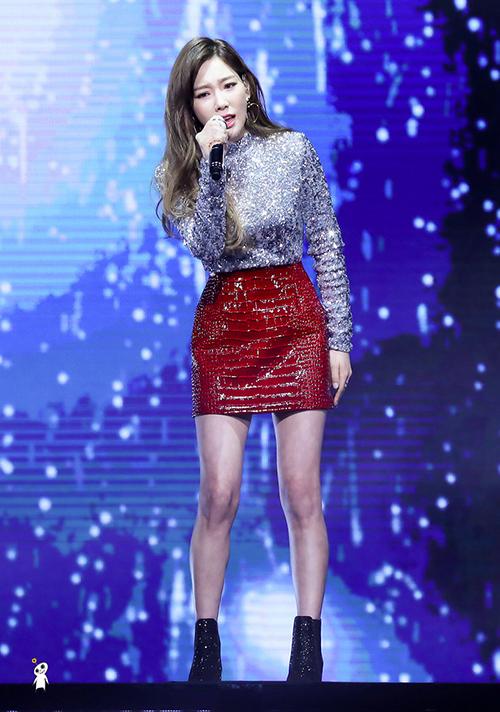 Có thân hình mảnh mai, Tae Yeon dễ dàng chinh phục mốt trang phục đính sequin. Bộ cánh bó sát nhưng không khiến nữ idol lộ mỡ thừa. Cách kết hợp áo lấp lánh cùng chân váy da cá sấu, boots kim sa thời thượng giúp Tae Yeon chứng tỏ gu thẩm mỹ tinh tế.