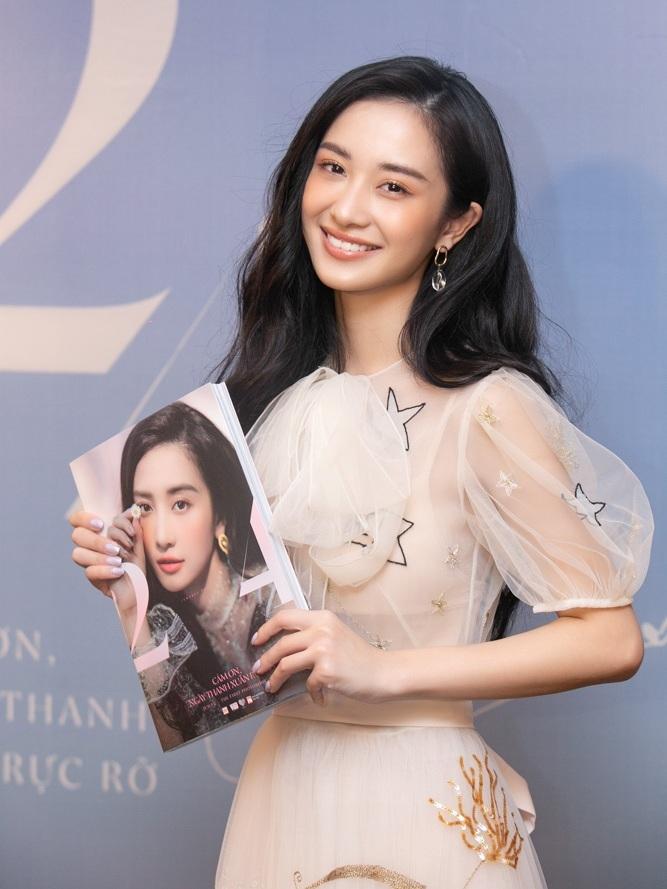 Chiều 6/6, Jun Vũ tổ chức buổi họp báo ra mắt photobook đầu tay mang tên<em> Cảm ơn, ngày thanh xuân rực rỡ</em> tại Hà Nội. Nữ diễn viên sinh năm 1995 khoe thân hình mảnh khảnh khi diện mẫu đầm voan xuyên thấu, kiểu dáng bồng xòe.