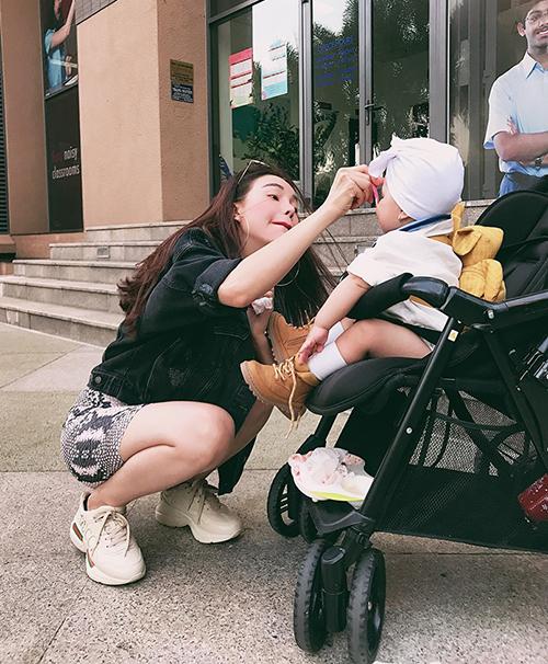 Tháng 12/2018, Trà Ngọc Hằng bất ngờ công khai đã sinh con gái đầu lòng được 4 tháng. Cô nhóc có tên ở nhà là Sophie. Tính đến nay, Sophietròn 11 tháng tuổi, lớn phổng phao và có phong cách thời trang sành điệu không kém mẹ.
