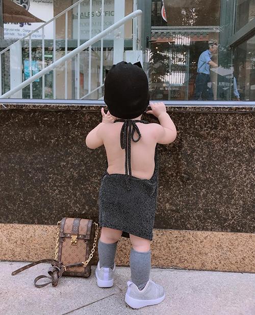 Có mẹ sành điệu, mê hàng hiệu nổi tiếng nên Sophie được ăn vận cầu kỳ từ nhỏ. Nhóc tì chưa tròn 1 tuổi được mẹ cho diện váy hở lưng rất bạo, đi kèm là túi xách Louis Vuitton.