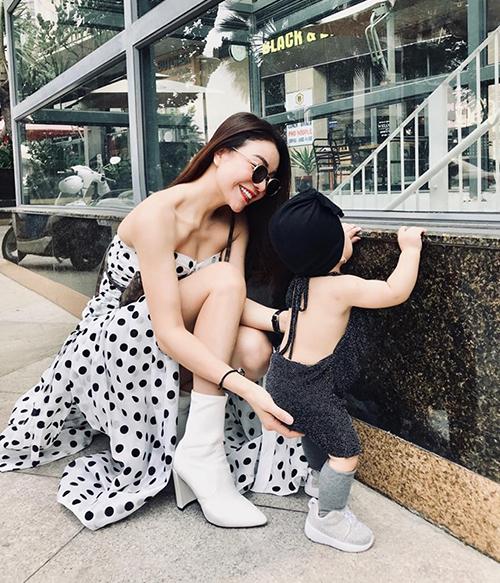 Ngoài công việc kinh doanh, Trà Ngọc Hằng thường xuyên giành thời gian đưa con gái xuống phố. Hai mẹ con rủ nhau lên đồ chất chơi.