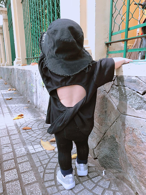 Fashionista nhí thường xuyên được mẹ cho diện những kiểu đồ cắt khoét ở lưng.