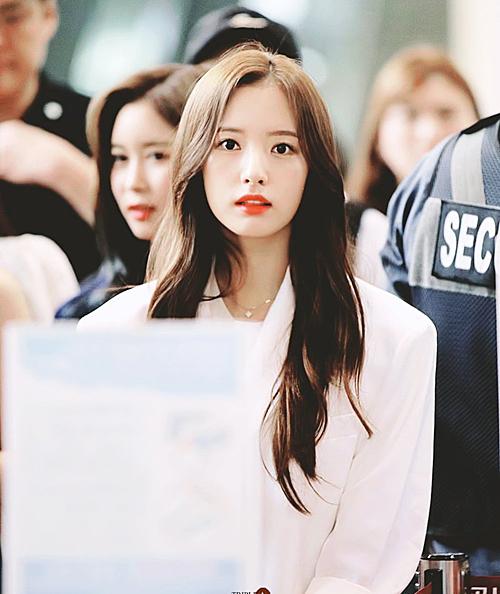 Trong WJSN, Bona (tên thật Kim Ji Yeon) là thành viên nổi bật nhất về nhan sắc. Tuy nhiên, vì xuất thân trong một nhóm nhạc kém tên tuổi, cô nàng thường ít được công chúng chú ý.