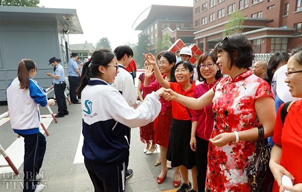 Phụ huynh đến tiễn con dự kỳ thi đại học ở Trung Quốc.