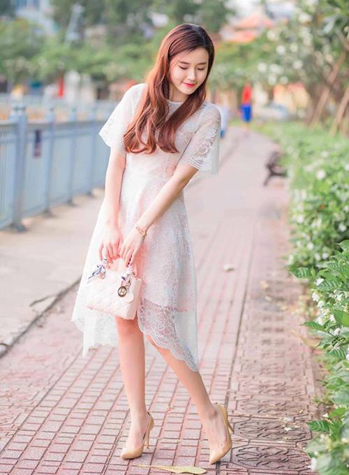 Những chiếc mang sắc màu nhẹ nhàng như hồng phớt, trắng được Midu sử dụng khá thường xuyên vì phù hợp với váy áo điệu đà bình thường của cô nàng.