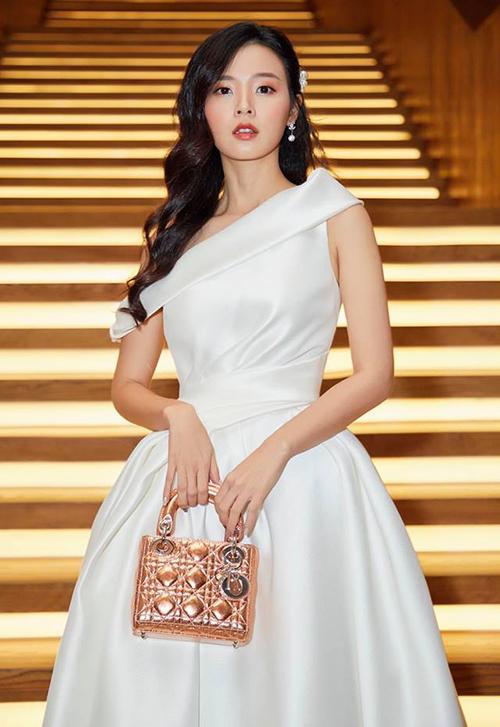 Chiếc Lady Dior metallic giúp Midu khoe vẻ đài các có giá gần 100 triệu đồng.