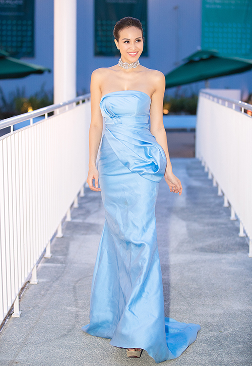 Tại event tối qua, Phương Mai diện bộ đầm dạ hội màu xanh bắt mắt với chi tiết cúp ngực của NTK Lê Ngọc Lâm. Thiết kế tôn lên vóc dáng thon thả cùng thềm ngực sexy của người đẹp sinh năm 1990