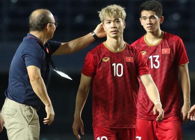 """<p> Công Phượng - người sút hỏng quả đá phạt trên chấm 11m khá buồn bã khi rời sân. Tuy nhiên, thầy Park đã đến bên xoa đầu động viên kiểu """"không sao hết"""" với """"trò cưng"""".</p>"""