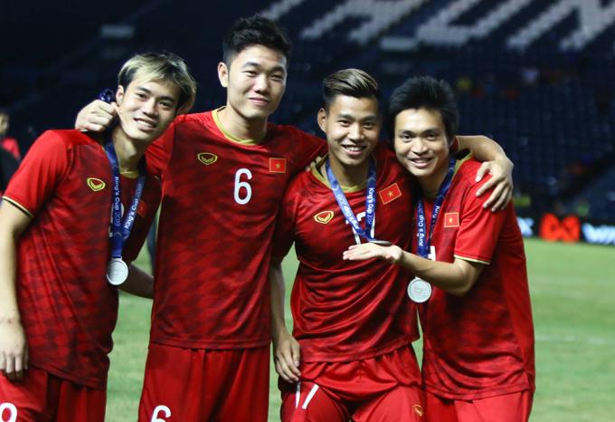 <p> Văn Thanh dù không được HLV Park cho ra sân ở cả hai trận đấu nhưng vẫn vui vẻ, nhắng nhít bên các đồng đội như Văn Toàn, Xuân Trường, Tuấn Anh.</p>