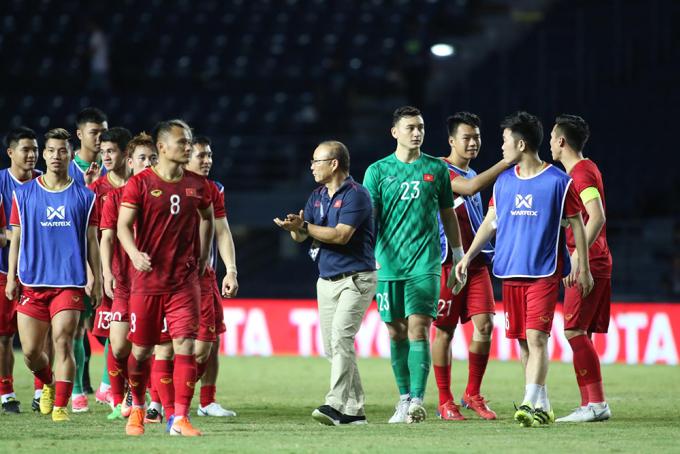 <p> Ngay sau tiếng còi kết thúc, HLV Park Hang-seo đã xuống tận sân để động viên các cầu thủ. Với tâm thế là giao lưu, rèn luyện từ đầu nên ông Park luôn tạo cảm giác thoải mái nhất cho các cầu thủ.</p>