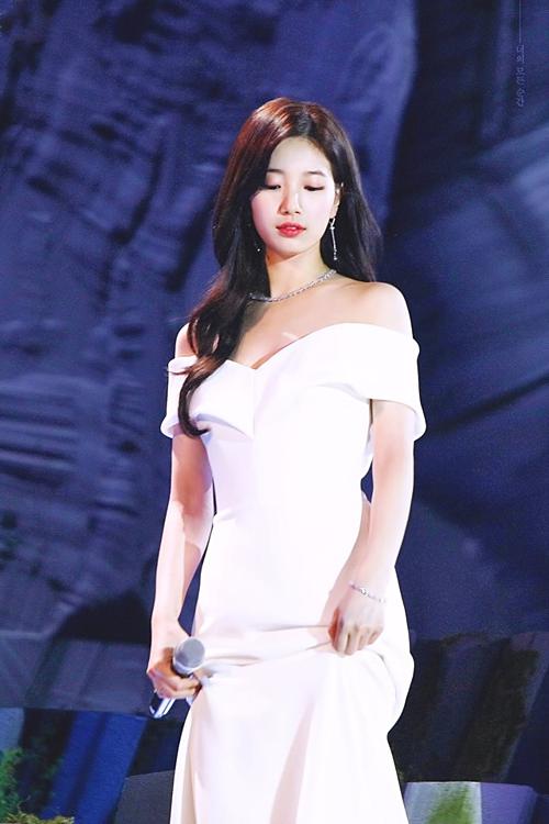 Chỉ trong vòng hơn 1 tháng, Suzy đã nhiều lần gây bão với những lần xuất hiện tại sự kiện. Trước đây, trong những khoảng thời gian bận rộn tại phim trường, tần suất dự event của Suzy khá hạn chế. Tuy nhiên, tại công ty mới cô vẫn được tạo điều kiện để vừa đóng quảng cáo, vừa hoàn thành 2 bộ phim là Vagabond và Baekdu Mountain.