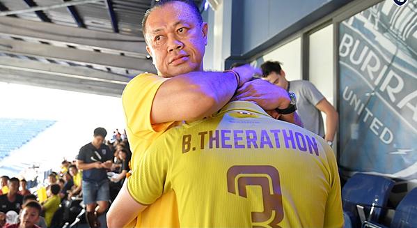 Chủ tịch Buriram United, ông Newin Chidchob an ủi cầu thủ.