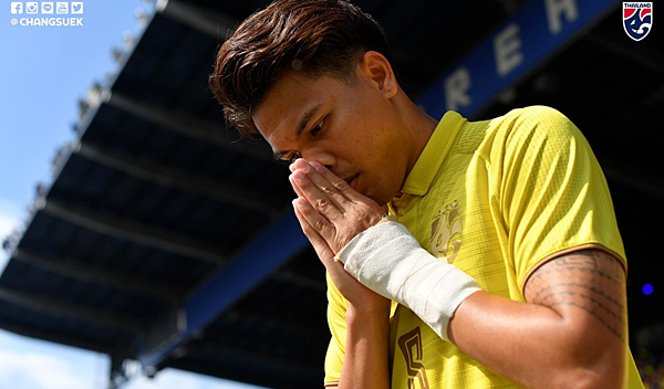 Cầu thủ Thái Lan cúi đầu xin lỗi người hâm mộ khi thua trận trược Ấn Độ. Ảnh: Changsuek.