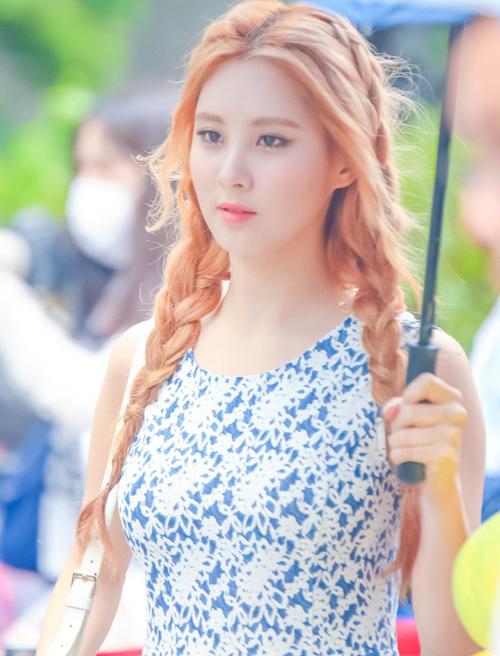 Bằng cách làm phồng phần chân tóc và tết tóc nhẹ nhàng hai bên, Seohyun cuốn hút hơn, dễ dàng