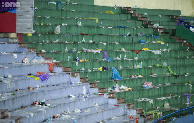 """<p> Chỉ sau một buổi chiều, nơi đây trở thành """"bãi rác"""" khổng lồ với chai lọ, túi nilon xả bừa bãi.</p>"""
