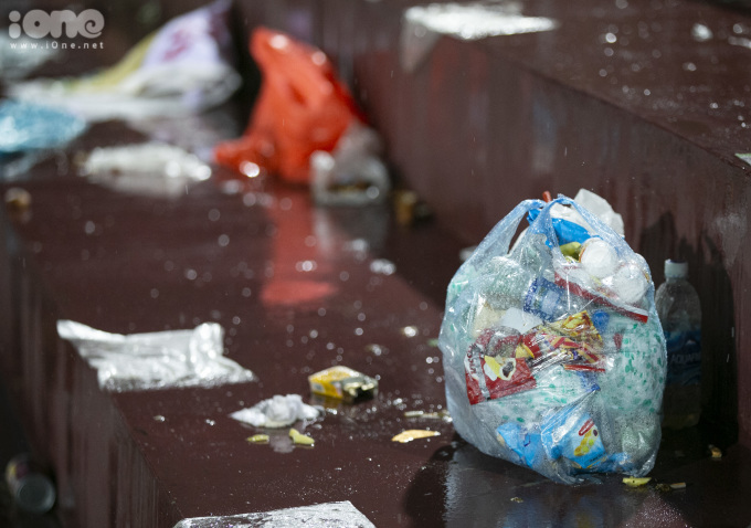 <p> Rác thải đa số là các loại hộp xốp, vỏ hoa quả, cốc nhựa và thức ăn thừa và hàng nghìn chiếc túi nilon nằm la liệt trên khán đài.</p>