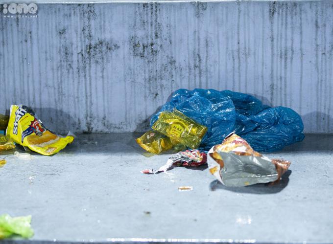 """<p> Cơn bão cổ động đi qua để lại """"bãi rác"""" bốc mùi, gây mất cảnh quan đô thị, ô nhiễm môi trường.</p> <p> </p>"""