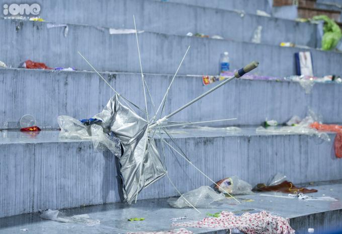 <p> Một góc rác thải đủ loại trên sân vận động Việt Trì sau trận đấu.</p>