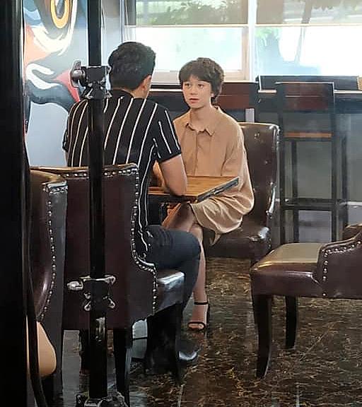 Trước đó trong một phân cảnh phim, Ánh Dương cũng từng gây bất ngờ khi mặc váy, đi giày cao gót, tuy nhiên chưa có sự thay đổi đáng ngạc nhiên như hình ảnh mới nhất.