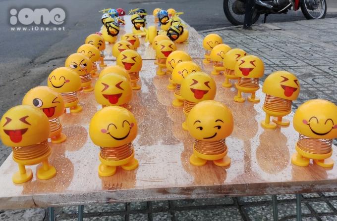 <p> Biểu cảm mặt cười của Emoji được cách điệu từ những icon messenger hay tin nhắn điện thoại. Phần đầu và phần thân gắn với nhau bằng một đoạn lò xo có sơn tĩnh điện chống rỉ, giúp đầu lắc lư ngộ nghĩnh mỗi khi có lực tác động vào. Dưới chân thú nhún Emoji là mặt phẳng để dán lên các bề mặt dễ dàng.</p>