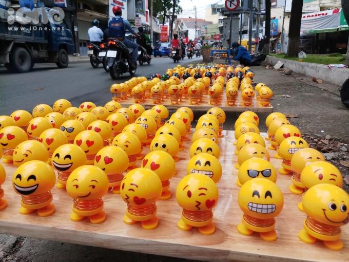 """<p> Những ngày qua thú nhún Emoji đang tạo nên """"cơn sốt"""" với nhiều người khi trở thành một đồ chơi bán chạy tại nhiều tuyến đường TP HCM. Món đồ này bắt nguồn từ những clip hài Trung Quốc.</p>"""