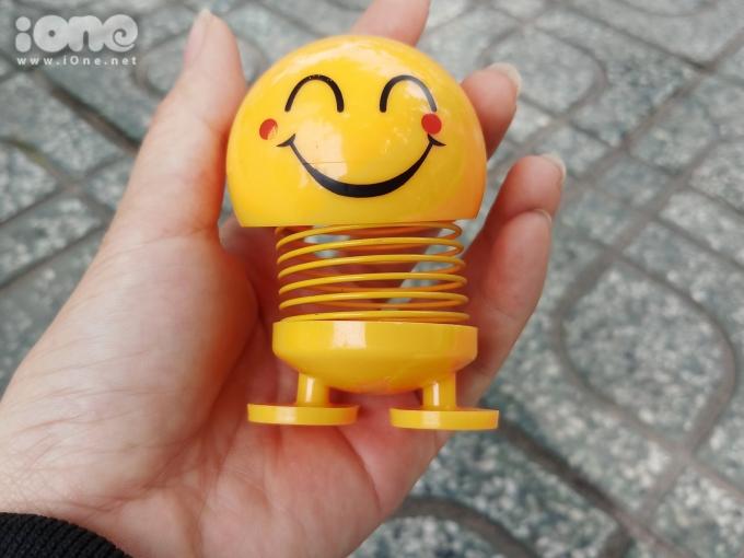 <p> Trên nhiều tuyến đường như Phan Đình Phùng, Phan Đăng Lưu, Nguyễn Kiệm, Quang Trung…, thú nhún lò xo Emoji được bày bán nhiều.</p>