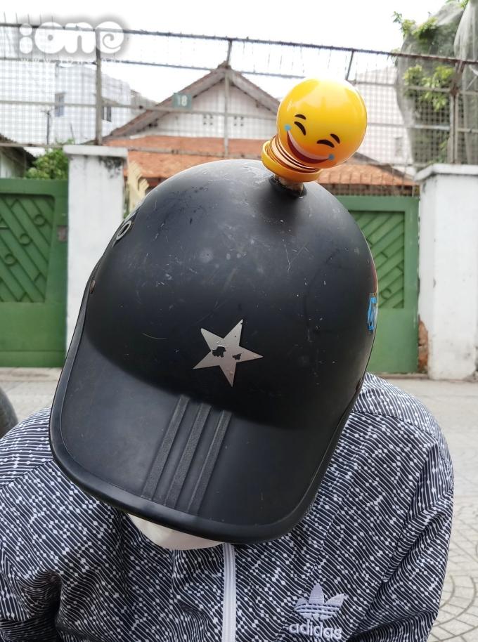 <p> Thú nhún lò xo Emoji được trang trí trên mũ bảo hiểm.</p>