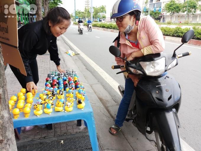 """<p> """"Thấy dạo này nhiều người mua để lên xe nên mình cũng muốn mua về dán và tặng quà cho đứa em nữa. Tụi nhỏ rất thích món đồ chơi này"""", bạn Hoàng Oanh, quận Bình Thạnh cho biết.</p>"""