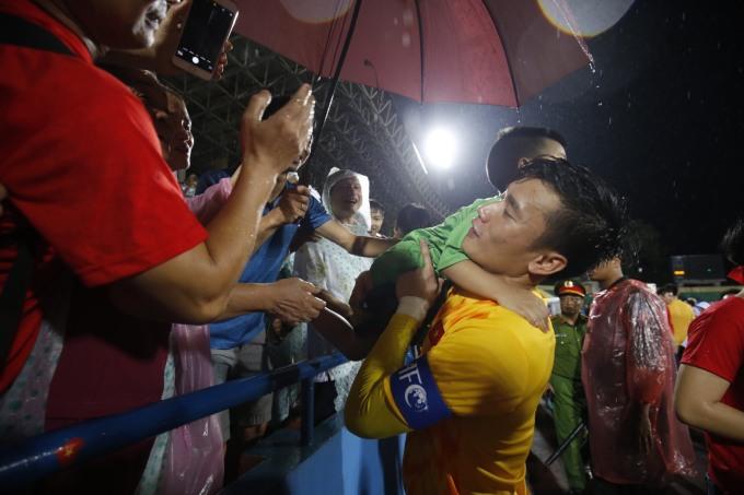 <p> Mặc dù thấm mệt vì mưa gió, anh chàng gốc Thanh Hóa vẫn rất nhiệt tình trước tình cảm của những CĐV nhỏ tuổi.</p>