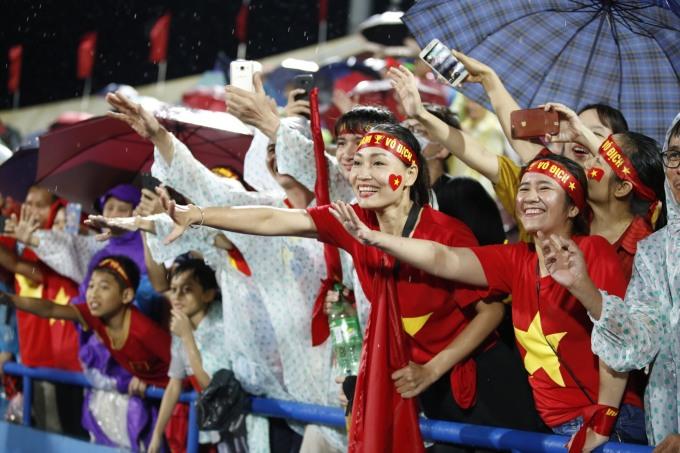 """<p> CĐV <a href=""""https://ione.net/tin-tuc/nhip-song/ngam/cdv-doi-mua-co-vu-u23-viet-nam-3935426.html"""" rel=""""nofollow"""">đội mưa </a>cổ vũ và ăn mừng chiến thắng của U23 Việt Nam.</p>"""