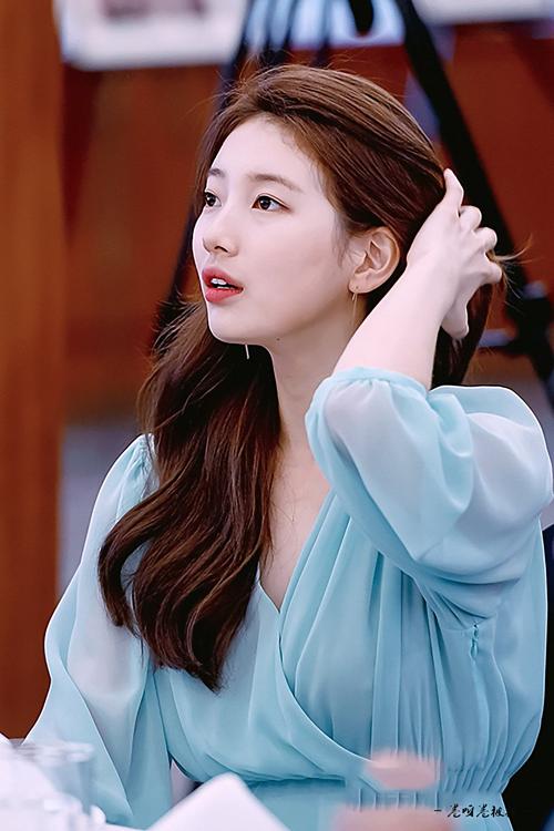 Sau đó 1 ngày, Suzy lại có mặt tại lễ trao giải ảnh báo chí của Nikon. Cô nàng được nhận