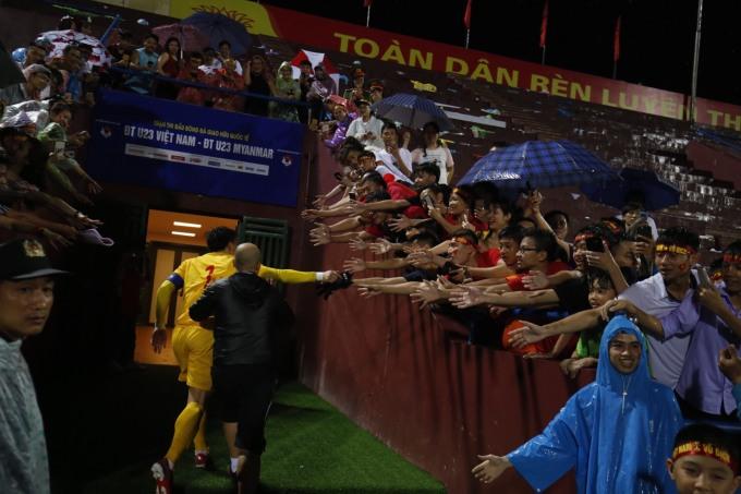 <p> Thủ môn U23 Việt Nam liên tục nụ cười thân thiện với người hâm mộ. Nam. Cầu thủ gốc Thanh Hóa vẫy tay chào CĐV cho đến khi vào trong đường hầm.</p>