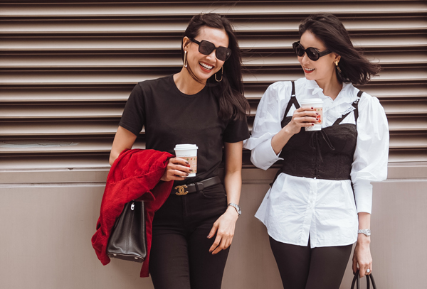 Trên đường phố, hai hoa hậu thả dáng, khoe street style sành điệu với nhiều món hàng hiệu.