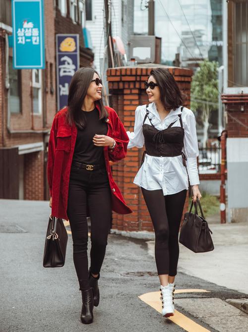 Trong khi Dương Mỹ Linh cá tính với set đồ đen, layer áo khoác sơ mi đỏ thì Hà Kiều Anh lại sang chảnh với tông trắng - đen. Trên tay Hoa hậu Việt Nam 1992 là chiếc túi Hermes giá nửa tỷ đồng.