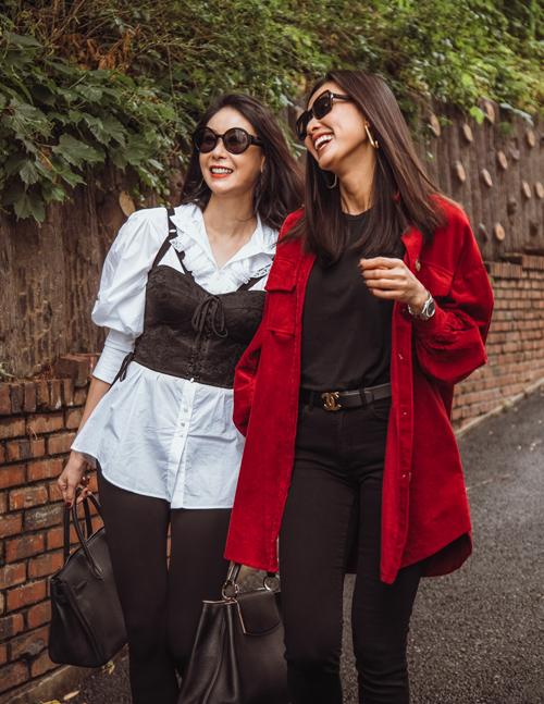 Hà Kiều Anh năm nay 43 tuổi, còn Dương Mỹ Linh 35 tuổi. Giữa cả hai không có sự chênh lệch tuổi tác, đồng thời họ cũng giữ được vẻ đẹp trẻ trung.