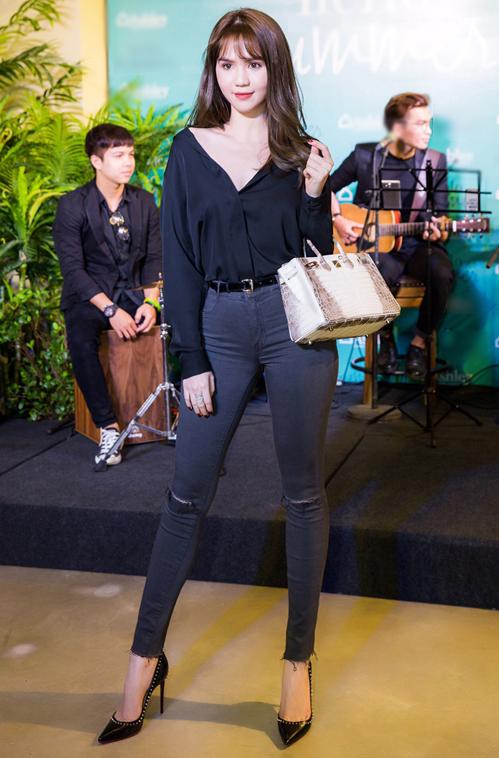 Chiếc túi đắt đỏ nhất Ngọc Trinh từng mua làGiá gốc ở store của chiếc túi được làm bằng da cá sấu bạch tạng này là 60.000 USD nhưng để có thể mang về ngay thay vì phải xếp hàng đợi 2 tháng thì Ngọc Trinh đã phải mua thêm 60.000 USD các loại phụ kiện khác. Tổng cộng là 120.000 USD (khoảng 2,8 tỷ đồng). ------------ Xem thêm: Ngọc Trinh khoe 4 đôi giày và những chiếc túi bé xíu đắt nhất trong tủ đồ mà tổng giá trị đã lên đến 4 TỶ ĐỒNG, http://vietbao.vn/Dep/Ngoc-Trinh-khoe-4-doi-giay-va-nhung-chiec-tui-be-xiu-dat-nhat-trong-tu-do-ma-tong-gia-tri-da-len-den-4-TY-DONG/190186149/112/ Tin nhanh Việt Nam ra thế giới vietbao.vn