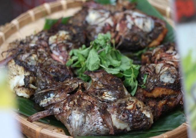 <p> Pa Pỉnh Tộp, món cá nướng đặc trưng của đồng bào dân tộc Thái lần đầu tiên góp mặt tại Lễ hội lần này. Cá được ướp rất nhiều gia vị bên trong nhưng không thể thiếu mắc khén, một loại gia vị đặc trưng Tây Bắc, khi nướng phải gập cá lại để gia vị thấm sâu vào từng thớ thịt.</p>