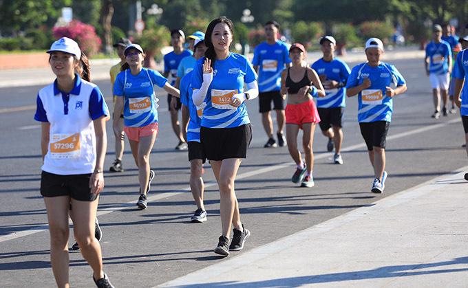 <p> Mai Phương Thúy dậy từ sáng sớm để tham gia giải chạy. Cô xuất phát lúc 6h30 tại cự ly 5 km.</p>