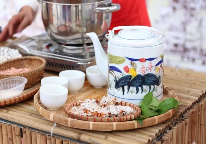 <p> Bánh Cu-đơ, đặc sản xứ Nghệ. Lớp bánh đa bên ngoài mỏng, giòn cùng nhân kẹo bên trong dẻo, ngọt vị của mật mía, mạch nha, hương thơm của gừng và vị bùi bùi của lạc, có thể ăn không hay thưởng thức cùng nước chè xanh.</p>