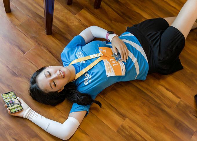<p> Hoa hậu nằm lăn ra sàn trong khách sạn vì quá mệt.</p>