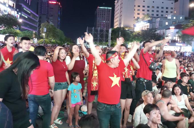 <p> Không khí tưng bừng, vỡ òa trên phố đi bộ Nguyễn Huệ sau bàn thắng gỡ hòa quý giá.</p>