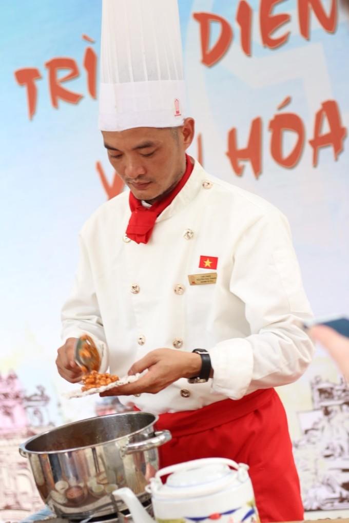 <p> Một điểm nhấn của Lễ hội văn hóa ẩm thực Hà Nội năm nay là có sân khấu nhỏ, nơi các đầu bếp trực tiếp trình diễn cho mọi người chiêm ngưỡng.</p>