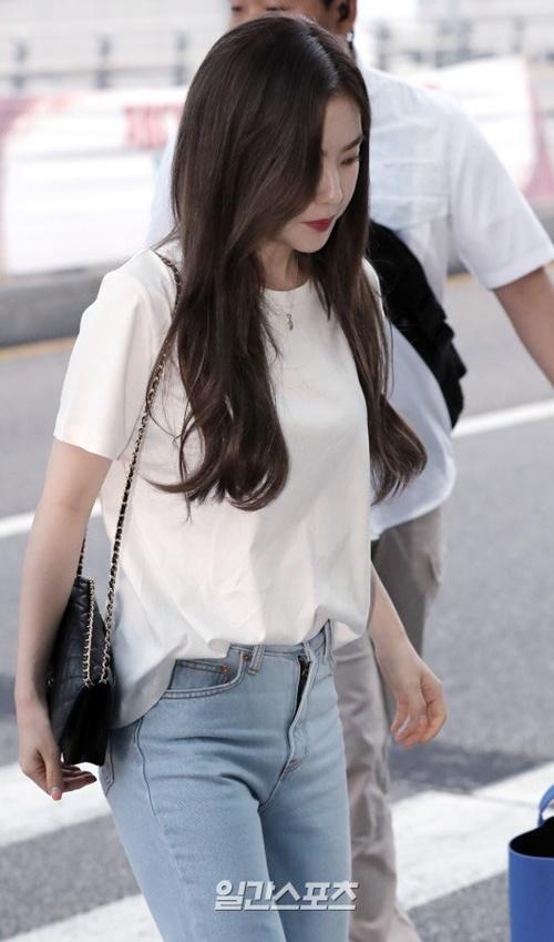 Red Velvet lên đường sang Philippines vào 8/6. Irene mặc đồ tối giản với áo phông trắng, quần jean khi ra sân bay.