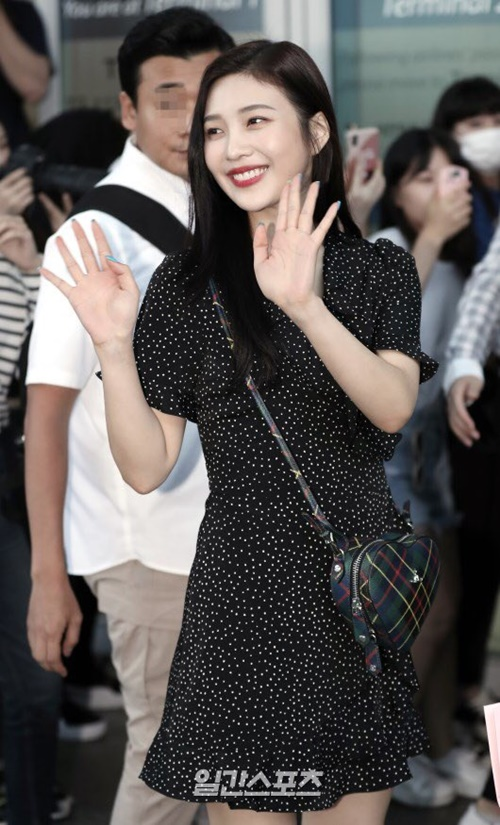 Joy khoe vẻ nữ tính với váy liền chấm bi. Các fan nữ truy lùng nơi bán chiếc túi hình trái tim đáng yêu của nữ idol.