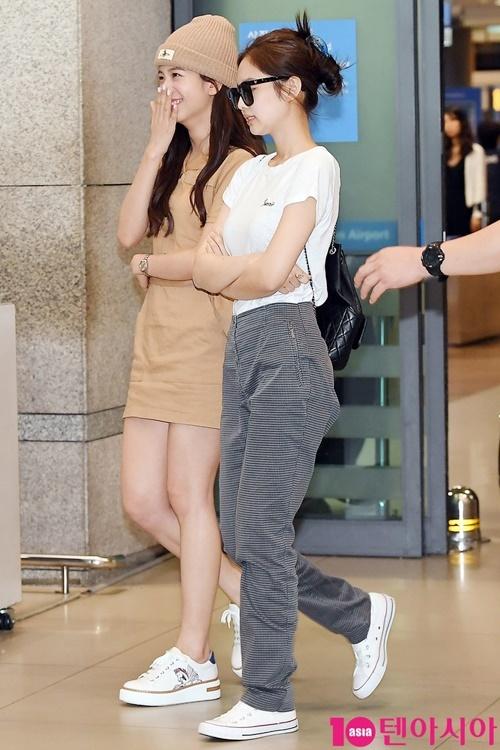Các cô gái Black Pink về Hàn vào sáng 9/6. Jennie và Ji Soo tiếp tục dính lấy nhau không rời khi ra sân bay.